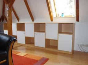 aufgelockerte Drempellösung für Bücher und sonstigen Stauraum