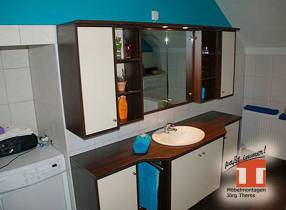 Badmöbel mit Spiegel und Waschtisc