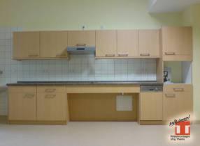barrierefreie Küchenzeile mit freiem Fussraum unter Ceranfeld und Spüle