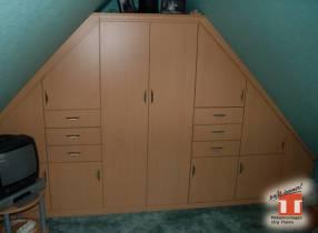 Jugendschrank eingebaut unterm Spitzdach mit zwei schrägen Wänden.