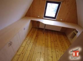 Maßgefertigtes Büromöbel mit Arbeitsplatte für Raum mit Dachschrägen