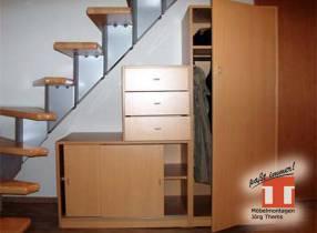Möbelkombination mit Garderobe unter Raumspartreppe